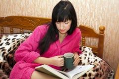 La mujer en un sofá Fotos de archivo