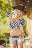 La mujer en un sombrero de vaquero grande en el rancho Imagenes de archivo