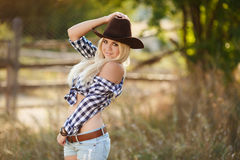 La mujer en un sombrero de vaquero grande en el rancho Fotos de archivo