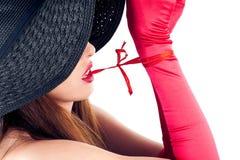 La mujer en un sombrero suelta los dientes del nodo Imágenes de archivo libres de regalías