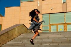 La mujer en una calle de la ciudad sube las escaleras Imágenes de archivo libres de regalías