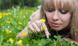 La mujer en una hierba y una mariquita Fotografía de archivo libre de regalías