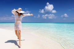 La mujer en una playa tropical disfruta de sus vacaciones de verano fotos de archivo libres de regalías