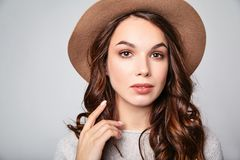 La mujer en verano casual viste con el maquillaje natural que presenta en estudio Imagen de archivo