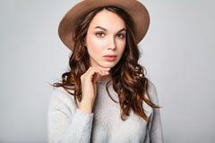 La mujer en verano casual viste con el maquillaje natural que presenta en estudio Imagen de archivo libre de regalías