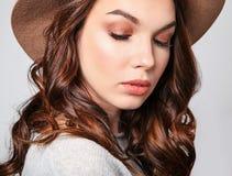 La mujer en verano casual viste con el maquillaje natural que presenta en estudio Fotos de archivo