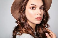 La mujer en verano casual viste con el maquillaje natural que presenta en estudio Foto de archivo libre de regalías