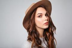 La mujer en verano casual viste con el maquillaje natural que presenta en estudio Imágenes de archivo libres de regalías