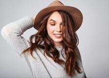 La mujer en verano casual viste con el maquillaje natural que presenta en estudio Fotos de archivo libres de regalías