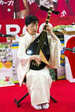 La mujer en vestido del kimono está jugando el biwa Imagen de archivo libre de regalías