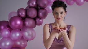 La mujer en vestido púrpura con las lentejuelas estira sus brazos adelante almacen de metraje de vídeo