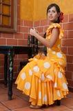 La mujer en vestidos tradicionales del flamenco baila durante Feria de Abril en April Spain Imagen de archivo