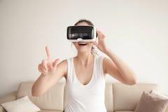 La mujer en vidrios de VR hace compras en tienda en línea Imágenes de archivo libres de regalías