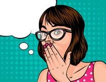 La mujer en vidrios lleva a cabo una mano cerca de la boca Foto de archivo libre de regalías