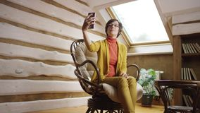 La mujer en vidrios toma el selfie en ático almacen de video