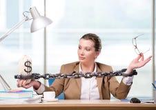 La mujer encadenada a su escritorio de trabajo Fotos de archivo libres de regalías