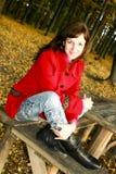 La mujer encantadora en una capa roja Fotografía de archivo libre de regalías