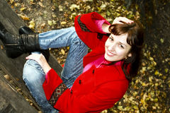 La mujer encantadora en una capa roja Imágenes de archivo libres de regalías