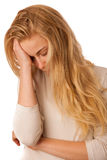 La mujer enferma con gripe, fiebre y dolor de cabeza o jaqueca aisló el ove Imágenes de archivo libres de regalías