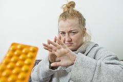La mujer enferma se defiende de las drogas imagen de archivo libre de regalías