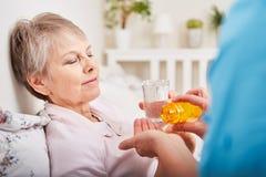 La mujer enferma toma el medicamento fotos de archivo libres de regalías