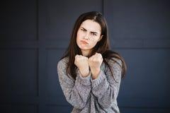 La mujer enojada furiosa en rabia aprieta los puños fotos de archivo libres de regalías