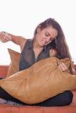 La mujer enojada golpea la almohada Fotos de archivo libres de regalías