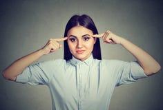 ¿La mujer enojada que gesticula con los fingeres es usted loco? Foto de archivo