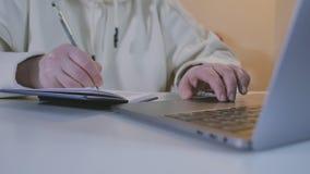La mujer enrolla un sitio web usando su cojín de la pista del ordenador portátil metrajes