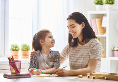 La mujer enseña niño al alfabeto foto de archivo libre de regalías