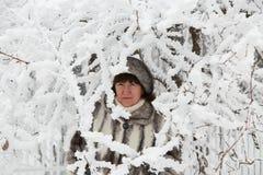 La mujer entre ramas nevadas Imagen de archivo libre de regalías