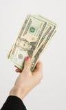 La mujer entrega billetes de dólar de la moneda del efectivo Imagenes de archivo
