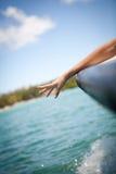 La mujer entrega el mar, de un barco fotografía de archivo