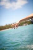 La mujer entrega el mar, de un barco foto de archivo libre de regalías