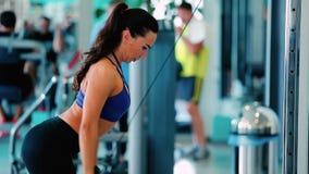 La mujer entrena a la faja de hombro en gimnasio almacen de video