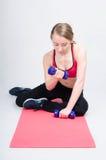 La mujer entrena a los músculos de las manos Foto de archivo