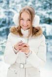 La mujer envía SMS Imagen de archivo