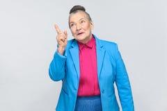 La mujer envejecida tiene idea fotos de archivo