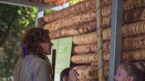 La mujer es adelanto en el instrumento de madera metrajes