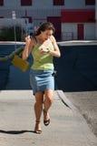 La mujer es atrasada y funcionamiento. Imagenes de archivo