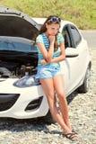 La mujer es coche roto cercano derecho Fotografía de archivo libre de regalías