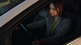 La mujer es enojada y de derrota de sus manos en el volante, porque su coche analizado metrajes