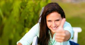 La mujer es feliz en la naturaleza imagenes de archivo