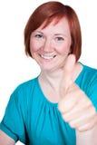 La mujer es feliz y pulgar para arriba imagenes de archivo