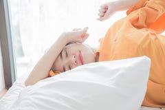 la mujer es mentira feliz en cama Imagenes de archivo