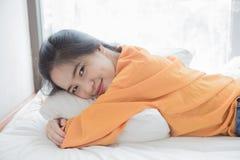 la mujer es mentira feliz en cama Fotos de archivo