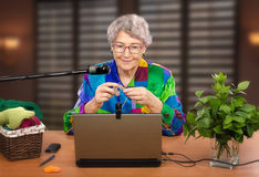 La mujer es miembro del club que hace punto en línea Fotografía de archivo