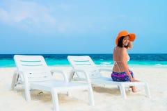 La mujer es relajante en la playa tropical imagenes de archivo