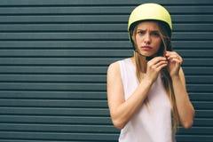 La mujer es un casco extremo Fotografía de archivo