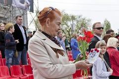 La mujer es veterano ruso en la celebración en la publicación anual Vic del desfile Foto de archivo libre de regalías